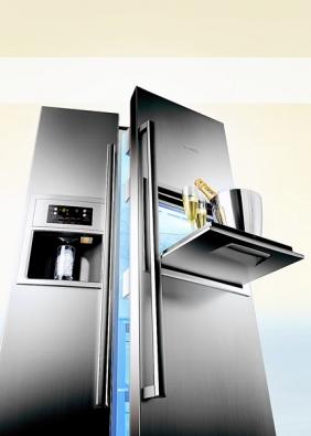 Chladnička KAN 60A40, objem 334/170l, oddělená regulace teploty pro chladicí amrazicí část sdigitálním ukazatelem, domácí bar, osvětlený prostor pro výdej ledových kostek, tříště apitné vody, cena 54690Kč (Bosch).