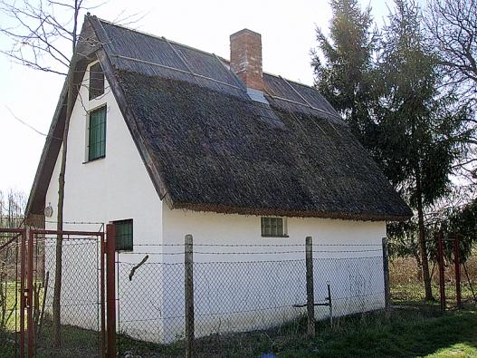 Nejschoulostivější místo na doškové střeše je oblast hřebene, která bývá chráněna zesílenou vrstvou.