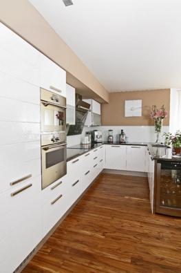 Prakticky uspořádanou kuchyňskou linku ve tvaru písmene U – cena nábytkové sestavy  cca 230 000 Kč  bez DPH – ukončuje vestavná vinotéka RW 13 EB od výrobce SAMSUNG, cena 8 815 Kč.