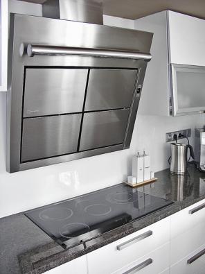 Dominantou kuchyně je jistě designový odsavač par Matrix, cena 26 000 Kč (vyrábí FABER).