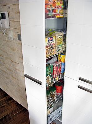 Potravinová skříň je opatřena šikovným výsuvem.
