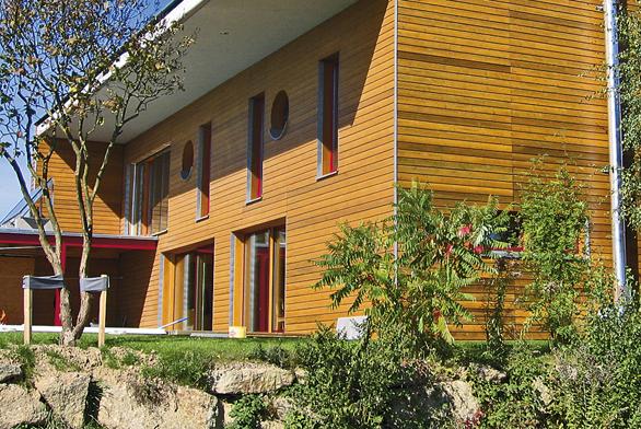 Současné konstrukční systémy umožňují dát moderní výraz i domu, při jehož stavbě bylo použito dřevo.
