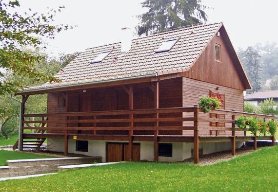 Dřevostavba tradičního tvaru se sedlovou střechou skvěle zapadne do horských a chráněných krajinných oblastí.