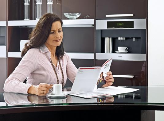 Pokud nepreferujete volně stojící přístroje, pořiďte si vestavný kávovar CVA 5060 snahřívačem nádobí (MIELE).