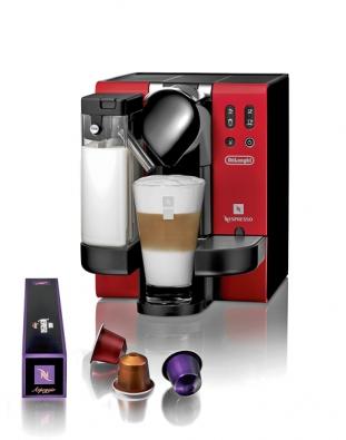Pressovač Lattissima na kávové kapsle disponuje stlakem 19 barů, kromě espressa umí připravit také cappuccino  či café latte, pořídíte jej za 8790Kč (NESPRESSO).
