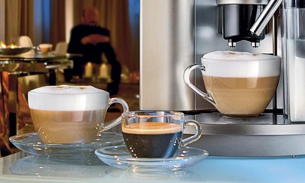 Přístroje vybavené tryskou na mléko vám kromě voňavého espressa připraví také cappuccino (DELONGHI).
