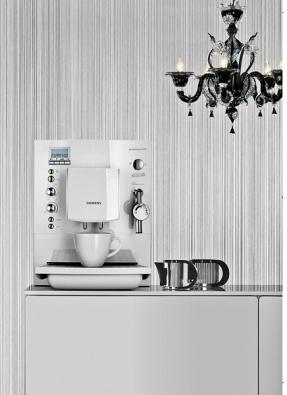 Surpresso S70 – plně automatický kávovar snastavitelným mlýnkem, funkcí auto cappuccino, tlakem 15 barů, systémem spařování Aroma Whirl Plus anahřívací plochou na šálky, cena 32990Kč (SIEMENS).