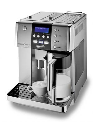 Prima Donna ESAM 6600 – kávovar se zabudovaným tichým mlýnkem vám jedním stiskem tlačítka připraví café latte, latte macchiato, cappuccino ikrémové espresso, nádržka na 1,8l vody, tlak 15 barů, samočisticí funkce, cena 39990Kč (DELONGHI).