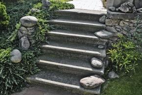 Zahrada se zámeckými schody