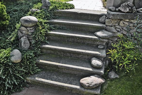 Staré zámecké schody přinesly do zahrady duch minulosti.