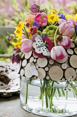 Různá dřevěná kolečka přidržují směs cibulovin (Narcissus, Tulipa, Fritillaria, Ranunculus, Muscari, Nectaroscordum, Hyacinthus, Papaver).