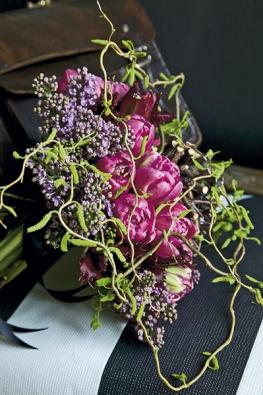 Střed kytice zrůžových plnokvětých tulipánů doplňuje fialový šeřík (Tulipa, Syringa).