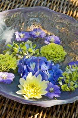 """Letní stůl osvěžte třeba jen několika květy, které necháte plavat v misce s vodou. """"Cachtat"""" se mohou třeba hortenzie, jiřinky, karafiáty a stračky."""