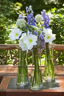 Vjednoduchosti je krása. Kytice zlilií, straček, zornic (Amaryllis), eustom aokrasného česneku (Allium).