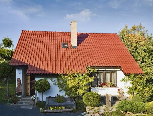 """Střešní krytina dokáže vzhled stavby povýšit, anebo také """"zmařit"""". Klasická pálená taška se však ktomuto domu jako """"zpohádky"""" hodí určitě nejlépe (TONDACH)."""