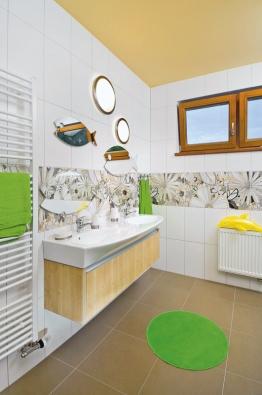 Prostorným dvojumyvadlem vyřešil designér tlačenici v koupelně při ranní a večerní hygieně.