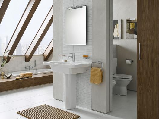 Řada S50 tureckého výrobce VitrA nabízí funkční řešení  především pro velmi vytížené veřejné toalety. Série zahrnuje odolné  výrobky, které se snadno udržují včistotě.  Pro svou funkčnost anadčasový design se výborně hodí  ido bytů arodinných domů. Vana VitrA Harmony (170 x 75 cm),  cena 6650Kč, hranaté umyvadlo (š. 80cm), cena 2890Kč (SIKO KOUPELNY).