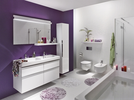 Série iCon značky Keramag nabízí ve spojení sširokým nábytkovým programem nevšední řešení pro koupelny vměstském stylu. Všechna umyvadla mají jednoduchý nadčasový moderní tvar arovné vnější kontury, jemné vnitřní linie avelkorysé odkládací plochy. Sortiment je doplněn tvarově sladěnými vanami ataké sprchovými vaničkami. Dvojumyvadlo (š. 120 cm), cena 22981Kč, vana (170 x 75), cena 13564Kč (SANITEC).