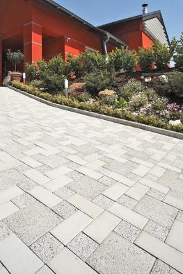 Příjemná kombinace dlažeb vbílých tónech – Klasiko spovrchem Standard, Mozaik spovrchem Metropol, Karo spovrchem Metropol (BEST).