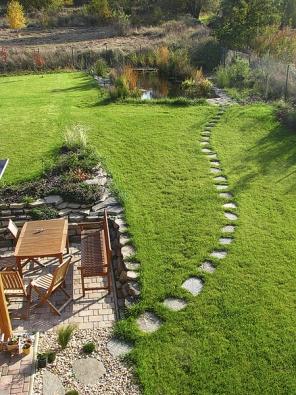 Šlapáky zpřírodního lomového kamene můžete usadit jak do trávníku, tak do kamenné drtě.