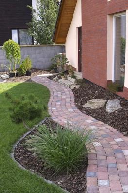 Diton Villano je dlažba, která vzniká speciální technologií úpravy povrchu apřipomíná opracovaný přírodní kámen. Zvlněné křivky cest dodají zahradě rozvolněný ráz (DITON).