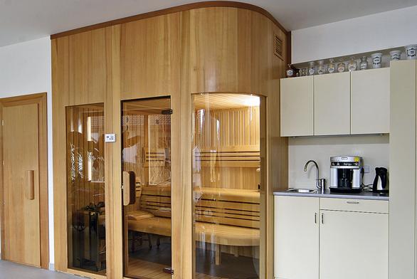 Velké prosklení zvyšuje náklady na pořízení sauny, jistě je ale velmi elegantní (SAUNY SALUS).