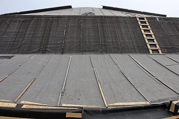 Po odstranění provizorního zakrytí lepenkou bude střecha na mírnějším sklonu zatravněná, na prudším bude krytina z břidlice.