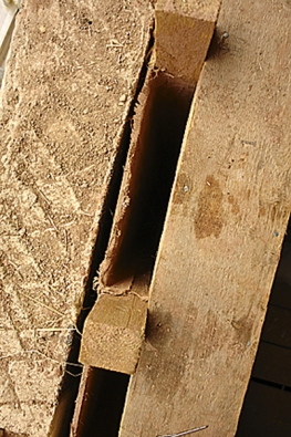 Detail provětrávané vzduchové mezery v místě podezdívky.