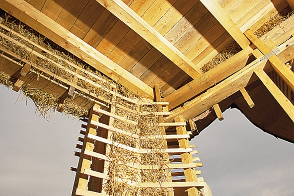 Smrkový strop a obvodová stěna izolovaná zhutněnými balíky slámy. Parozábranu bude tvořit juta namočená v jílu.