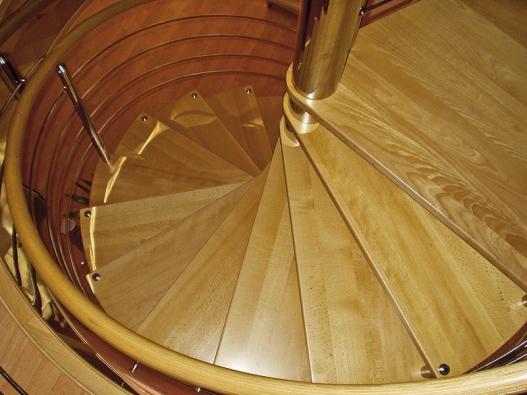 Segmentové schodiště je moderní aúčelné řešení využívající maximálně daného prostoru vinteriéru (V + L Kulhánek).