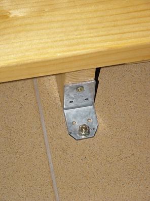 Detaily uchycení dřevěného schodiště – nahoře kocelovému nosníku, dole kbetonové dlážděné podlaze.