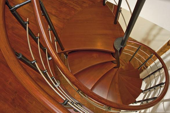 Kombinované schodiště skruhovým půdorysem určené do interiéru. Elegantní způsob točení středového sloupu spolu svykrajovanými schodnicemi do tvaru půlměsíce vytvoří důstojnou dominantu vašeho interiéru (J. A. P.).