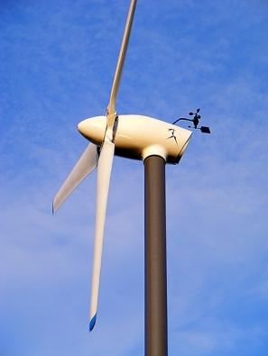Větrná elektrárna AP 7 kW (AERPLAST) zvládá ohřev vody i vytápění. Tělesa jsou připojována postupně přes automatický regulátor – podle rychlosti větru.