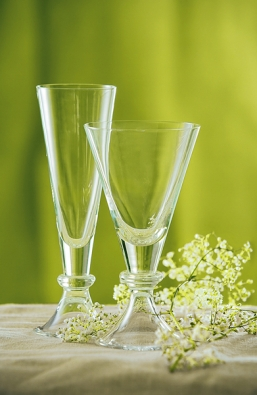 Kolekce francouzského ručně foukaného skla D´Artagnan. Sklenice na víno, vodu ašampaňské, cena 580 a 540 Kč  (LE PATIO).