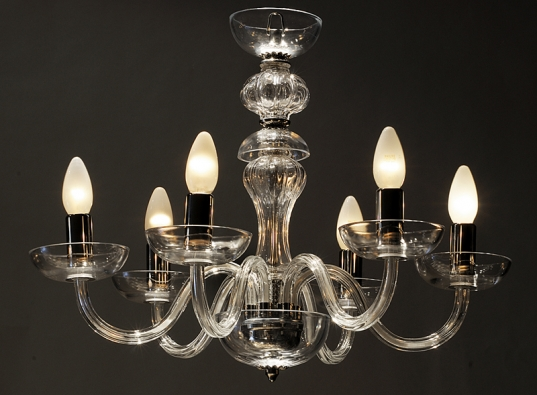 Sklo je tradičním materiálem pro výrobu reprezentativních lustrů (MATERIAL DESIGN GLASS).
