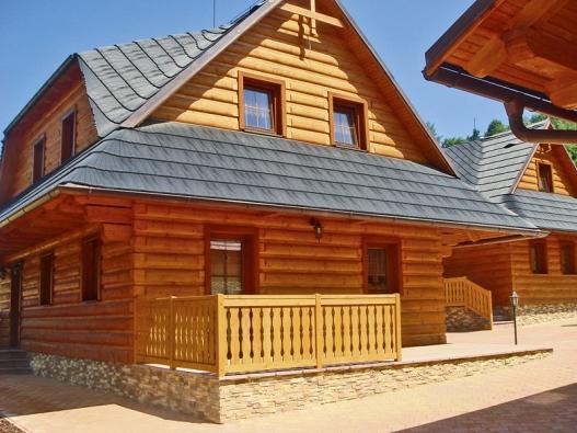 Plast na střeše rekonstruované dřevěnice nebo historické chalupy. Kdysi barbarství, skrytinou Eureko nerozeznatelná avelmi zdařilá imitace přírodního kamene.