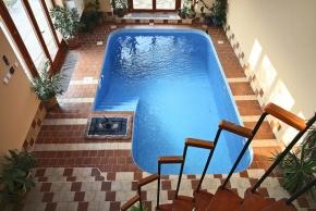 Do bazénu z obýváku
