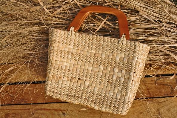 Moderní kabelka pletená ze stonků vodního hyacintu.