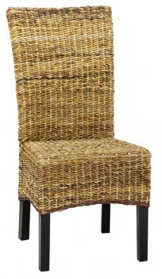 Židle Medford skonstrukcí zmasivního dřeva. Sedák aopěradlo svýpletem zbanánových listů, cena 1499Kč (JYSK).