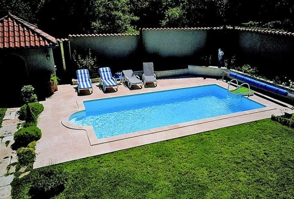Kvalitně provedený avhodně umístěný bazén má nejen velkou rekreační hodnotu, ale působí jako luxusní adesignový prvek zahrady idomu.