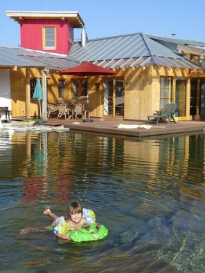 Nepřekonatelná kombinace: dům-terasa-voda. Jezírko je ideální umístit co nejblíže uterasy. Kromě koupání totiž nabízí imnoho dalších zážitků, jako je pozorování ryb, rostlin, odlesku hladiny.