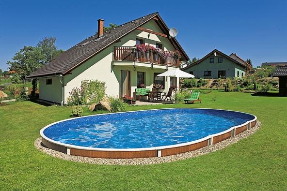 Částečně zapuštěný bazén bez začlenění do okolí sníží investici, ale jeho estetická hodnota je více nežli sporná.