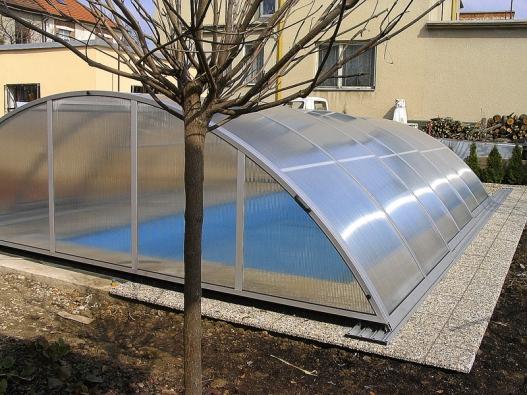Zastřešení bazénu je jedno zmála technických opatření, která uzahradních jezírek nemají smysl. Výrazně ale prodlouží koupací sezónu azabraňuje padání listí do vody bazénu.
