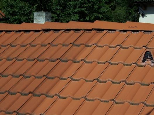 Střešní krytina trpí usazováním mechů anečistot – ukázka aplikace nátěru FN na střeše (ADVANCET MATERIALS JTJ).