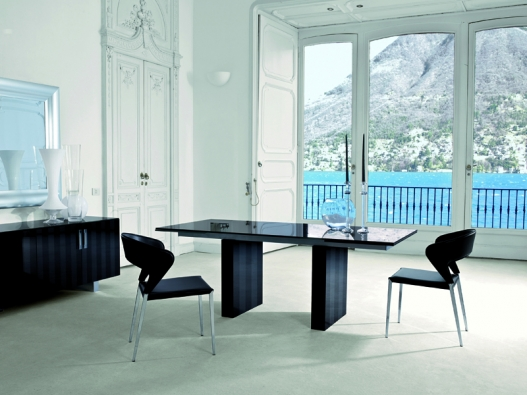 Židle Milly (vyrábí Emmei), chrom, černá kůže, různé potahy, cena od 12400Kč (DECOLAND).