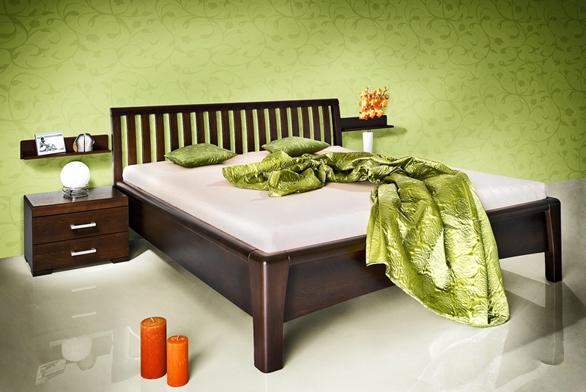 Postel Carolina je zmasivního buku amůže být buď vpřírodním odstínu, nebo mořená na třešeň či tmavý ořech. Můžete vybírat mezi polstrovaným alaťkovým čelem astandardní či zvýšenou výškou lehací plochy. Cena postele (200 x 180cm bez matrací aroštů) je 18630Kč (JMP).