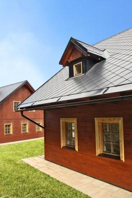 Střecha, tedy její typ, tvar ahlavně druh abarva krytiny, dává domu šmrnc adefinuje jeho celkovou podobu. Životnost má na starosti materiál akvalita provedení.