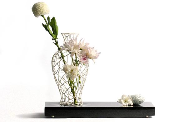 Květ – váza spletená zkovových drátků sblyštícím se stříbrným povrchem, ruční práce (YII, Taiwan).