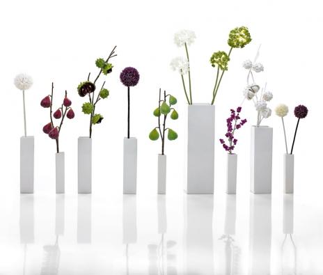 Falšovaná nefalšovaná příroda Vázy nemusí vždy zdobit jen opravdové květiny. Kolekce snázvem Jako živé představuje imaginární botanické dekorace ve vázách napodobující větve skvěty aplody, ruční práce (ASA SELECTION, Německo).