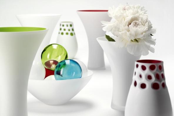 Lace & Noriko zaujmou čistě bílou kontrastující svýraznými barvami, cena váz od 2322Kč (výrobce LSA INTERNATIONAL, dodává  hotový interier).